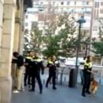 Un policía municipal de Bilbao identifica a golpes a un hombre negro
