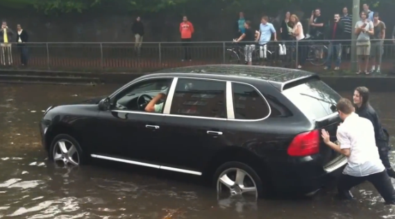 Porsche Cayenne atrapado en el agua