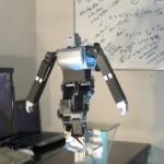 Robot bípedo caminando sobre una cuerda