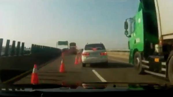 Así se señaliza un carril cortado por obras en Rusia