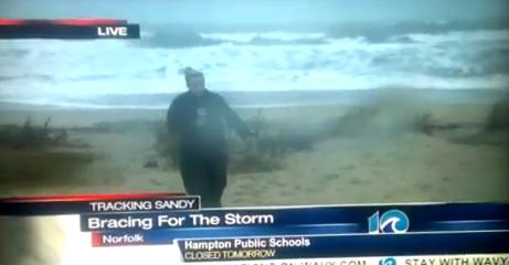 Dos hombres trollean a la reportera bailando el Gangnam Style mientras que está en directo informando sobre el huracán Sandy