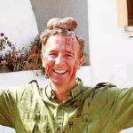 Carlos Delgado, consejero de Turismo de Baleares, posa con los testículos de un ciervo sobre su cabeza mientras hace el signo de la victoria