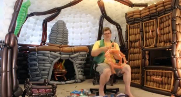 El interior de la casa de un Hobbit hecha con globos