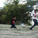 Tan pequeño y todo un crack bailando Free Step
