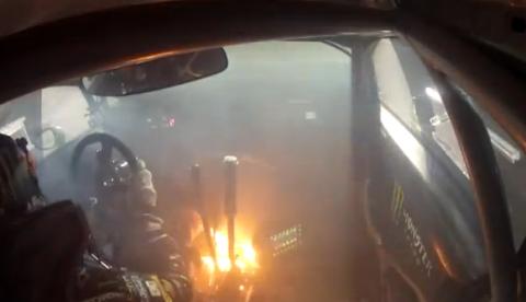 El coche de Ken Block arde durante el SEMA Global Rally Cross
