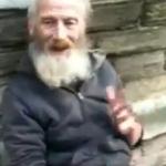 Hombre tocando ''Insomnia'' de Faithless con cucharas en la calle