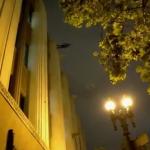 El Mago Dynamo andando por la pared de un edificio
