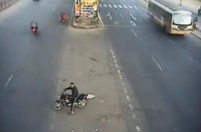 Un motorista es atropellado por un coche y sobrevive