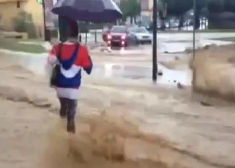 Mujer desafiando a la inundación de Málaga