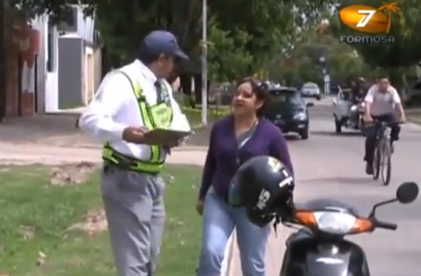 Una mujer se pone furiosa al ser multada