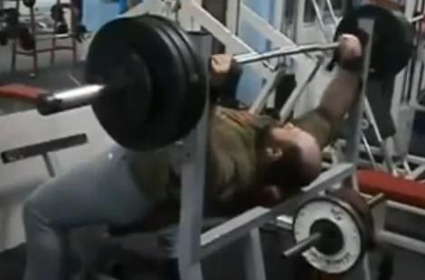 El hombre que levanta pesas utilizando su barriga