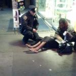 Un policía le compra unas botas a un vagabundo y emociona a Nueva York