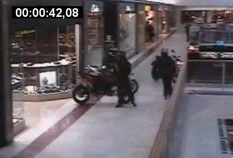 Entran a robar a un centro comercial en 3 motos