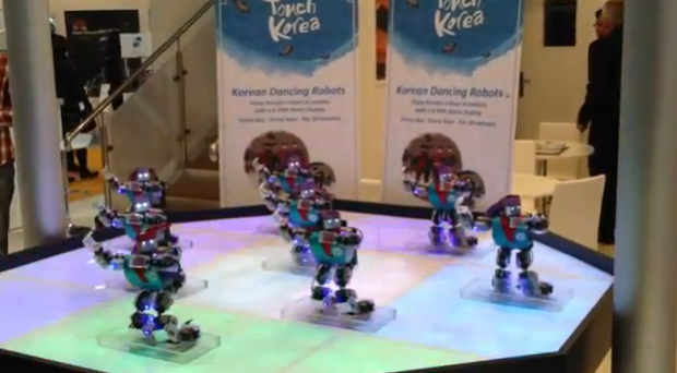 Robots bailando el Gangnam Style en el World Travel Market 2012 de Londres