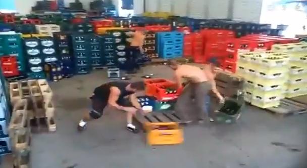 Trabajadores rumanos ordenando cajas de botellas de cerveza vacías