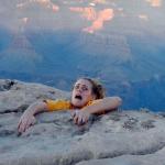 Una chica le da un susto de muerte a su madre al enviarle una foto de ella al borde de un acantilado en el Gran Cañón