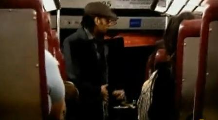 El truco del hombre que pierde la cabeza en un autobús