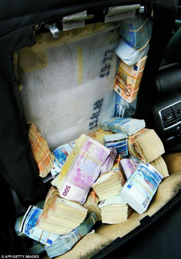 La policía francesa detiene a una pareja china con 1.8 millones de euros ocultos en los asientos de su coche