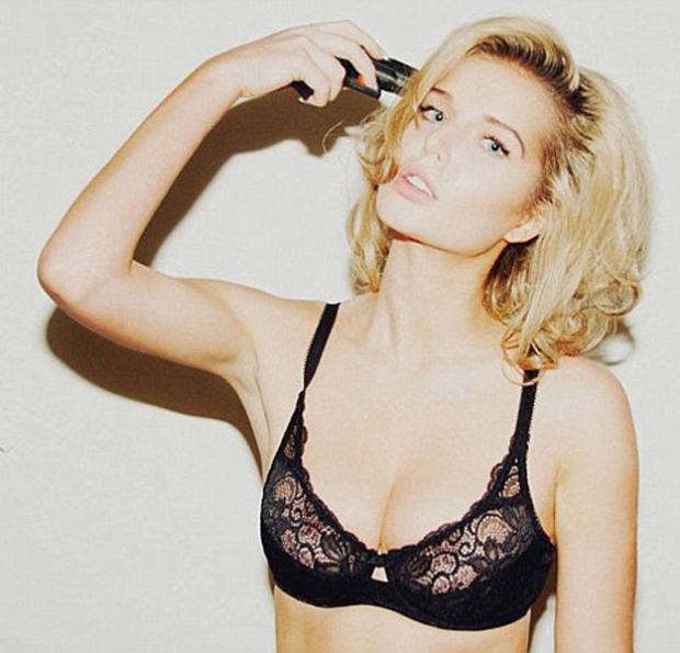La modelo Helen Flanagan posa con una pistola apuntando a su cabeza y levanta una ola de críticas