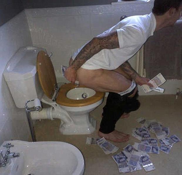 Liam Ridgewell, futbolista de la Premier League, se limpia el trasero con billetes de 20 libras