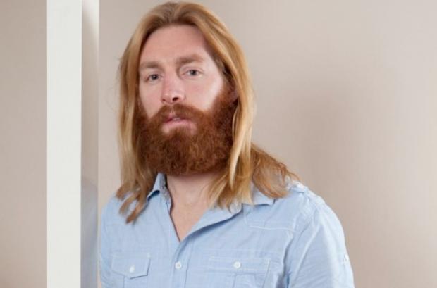 Un hombre es expulsado de un torneo de dardos por parecerse a Jesús