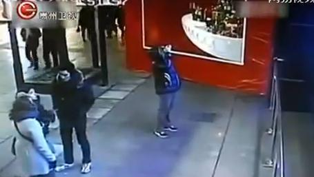 Un acuario con tiburones explota en un centro comercial de Shanghái