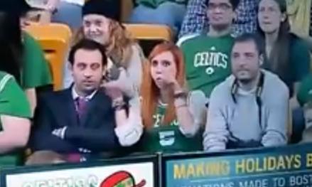 Una aficionada de los Boston Celtics hace un gesto obsceno cuando la enfoca la cámara