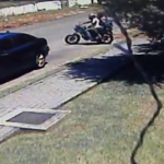 Un hombre víctima de un asalto atropella con su coche a dos ladrones que intentaban escapar en moto