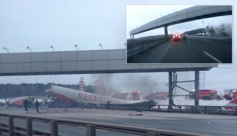Un avión de pasajeros se estrella contra una autopista en Moscú