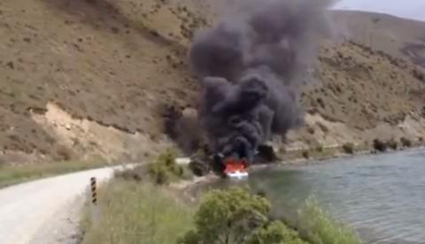 Cómo apagar un incendio en un barco que está en la orilla del lago