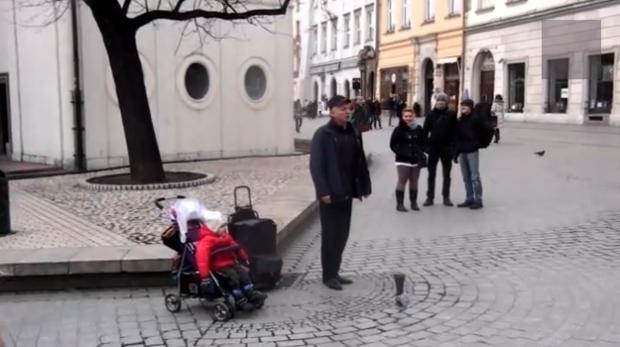 Un bebé se pone a cantar ópera junto a un cantante callejero