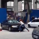 Una mujer destroza el coche de su marido a martillazos