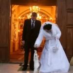 Un gato sorprende a una pareja en su boda