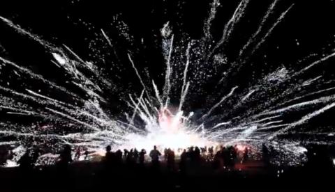 Un globo con fuegos artificiales estalla en medio de la multitud
