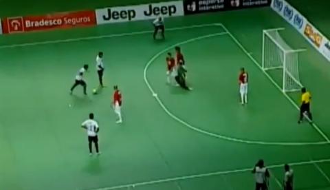 Impresionante gol del brasileño Falcao en un partido de fútbol sala