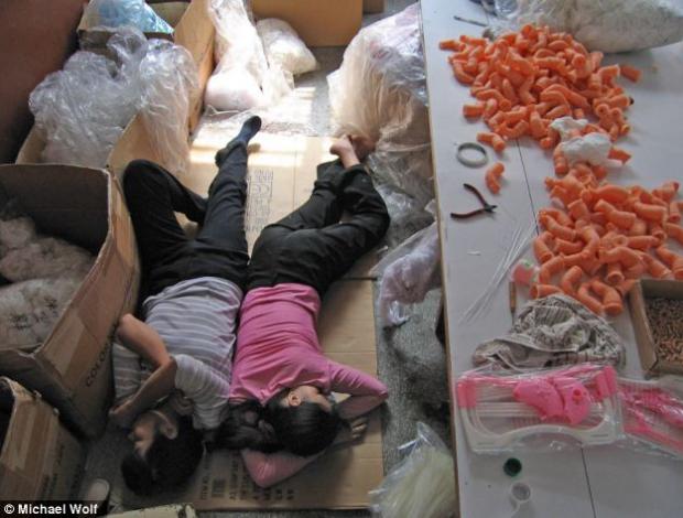 La historia real de los juguetes: Miles de trabajadores chinos duermen en el suelo para fabricar a tiempo los juguetes de Navidad