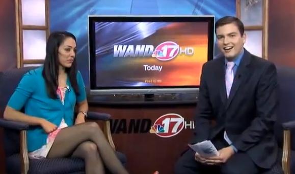 El presentador de televisión Mark Rivera le propone matrimonio a su novia en plena entrevista