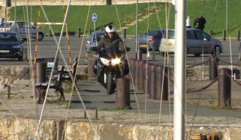 Casi acaba en el fondo del mar estrenando su Yamaha FJR 1300
