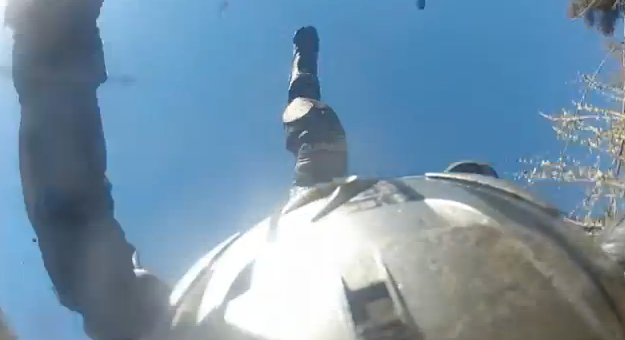Pierde el control de su moto y acaba cayendo por un barranco