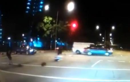 Un motorista se salta un semáforo en rojo a toda velocidad y atropella a una mujer