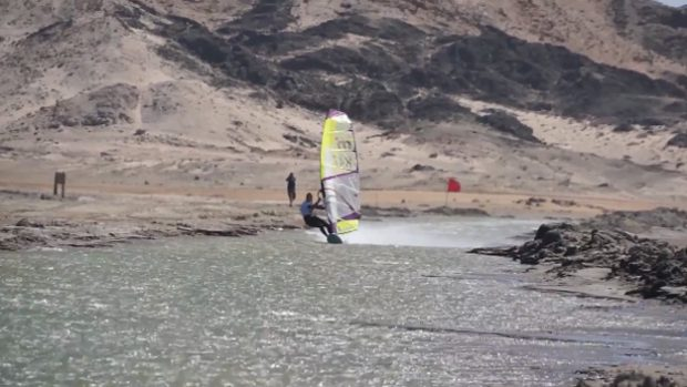 mujer bate record windsurf desierto