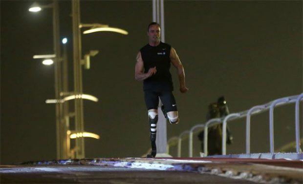 El atleta con doble amputación Oscar Pistorius vence a un caballo árabe en una carrera