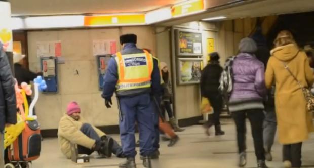 Dos policías húngaros le compran unos zapatos a una persona sin hogar