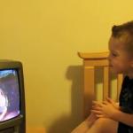 Reacción de un niño al ver la escena del beso de Spiderman
