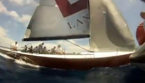 Un velero evita chocar contra otro barco en el último segundo