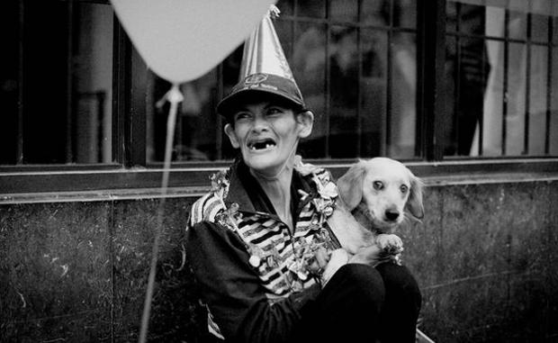Un hombre celebra el cumpleaños de una mujer sin hogar en Bogotá, Colombia