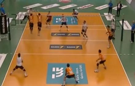 Triple pelotazo en la cara en un partido de voleibol