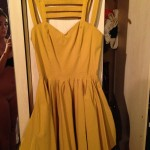 Una chica vende un vestido amarillo en eBay y publica por descuido una foto de ella desnuda