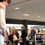 El actor de 'Crepúsculo' Bronson Pelletier borracho y orinando en público en el aeropuerto de Los Ángeles