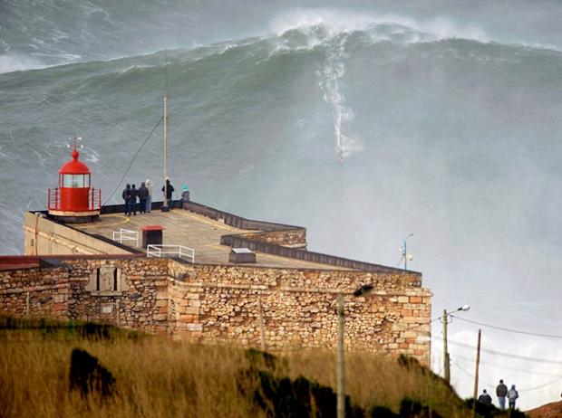 Garrett McNamara surfea una gigantesca ola de 30 metros de altura en Nazaré, Portugal